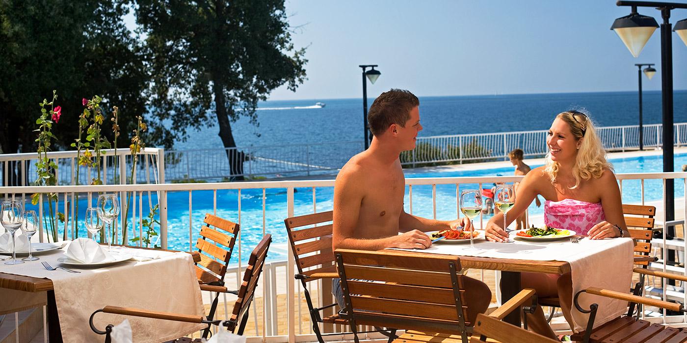 https://media.camping-adriatic.com/solaris/carousel/naturist-resort-solaris-sidro-pool-restaurant-rb.jpg