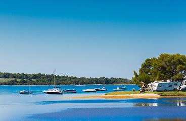 Strand en zwembad op naturist resort solaris camping adriatic